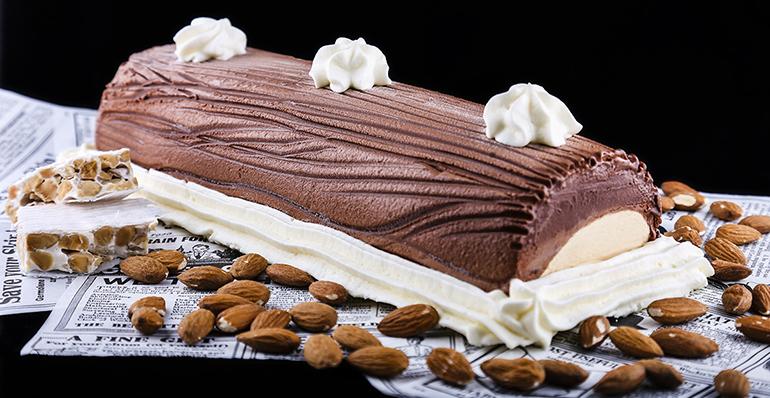 Tronco y helado con delicada textura y turrón jijona