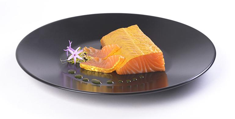 Lingote de salmón ahumado que destaca por su color dorado