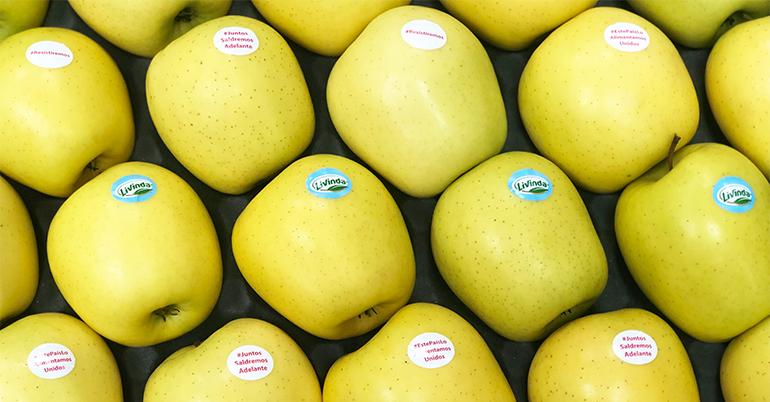 Barquetas de manzanas con hashtags solidarios y de ánimo en la lucha contra el Covid-19