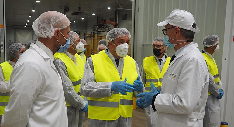 El ministro de Agricultura, Luis Planas, visita las instalaciones de Huercasa en Valladolid